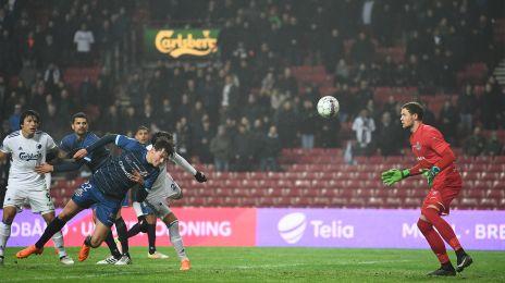 Pascal Gregor er uheldig og header bolden i eget net
