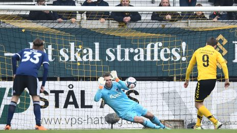 Stephan Andersen redder straffe i kampens start
