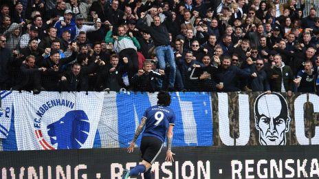 Federico Santander jubler med fansene