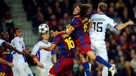 Antonsson i luftduel med Barcelonas Carlos Puyol og Sergio Busquets