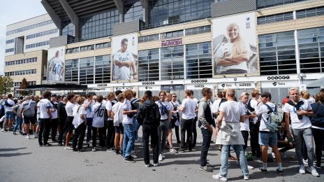 Fans udenfor Telia Parken