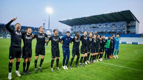 Spillerne fejrer sejren foran fansene