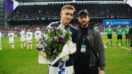 Ísak Bergmann Jóhannessen bydes velkommen af fansene