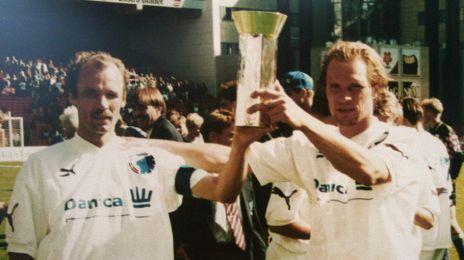 Pierre Larsen og Michael Manniche løfter DM-trofæet i 1993