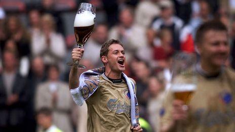 Diego Tur fejrer mesterskabet i 2000/01