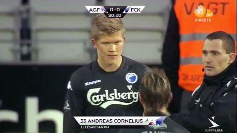 Andreas Cornelius indskiftes for Santin til sin debut