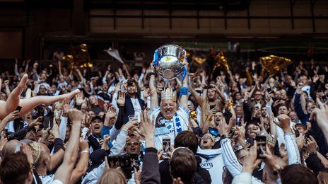 Vores tidligere SLO Ivar Petersen løfter trofæet
