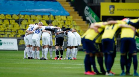 Spillerne samles før kickoff