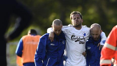 Mikael Antonsson hjælpes fra banen