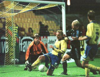 Jakup Mikkelsen følger Thorningers angreb.