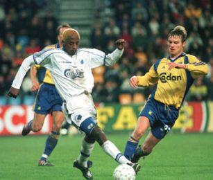 Zuma prikker bolden forbi Brøndby forsvaret.