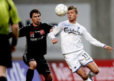 Marcus Allbäck med bolden...
