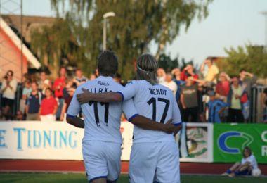 Målscorer og oplægger ønsker hinanden tillykke - © FCK.DK