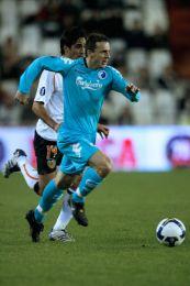 Pospech i fuldt fart hen over Estadio Mestallas græstæppe