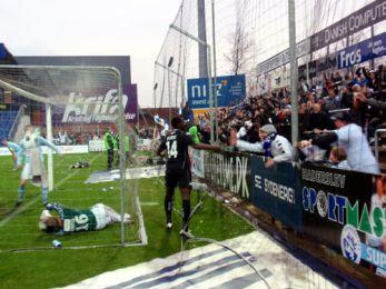 N'Doye har scoret og tiljubles af de ellevilde FCK-fans Foto: Charles Maskelyne, FCK.DK