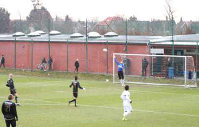 César Santins sætter bolden i det lange hjørne bag Lars Winde til 1-0 - foto: FCK.dk