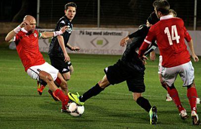 Bolaños tackler en Kalmar-spiller, mens Nordstrand kigger på. Foto: FCK.dk