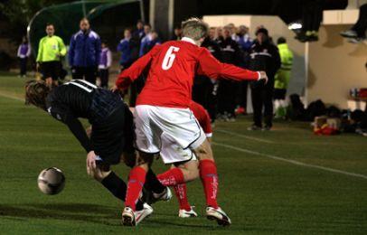 César Santin her omgivet af to Kalmar-spillere. Foto: FCK.dk