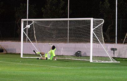 Santins straffespark er placeret langt udenfor målmandens rækkevidde. Foto: FCK.dk